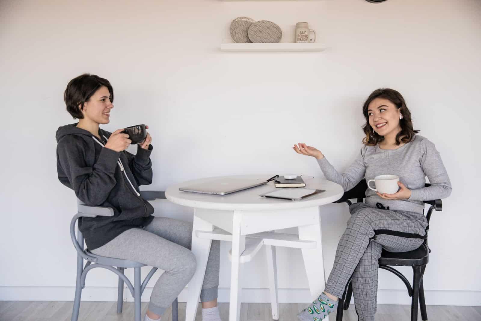 deux femmes parlant assis sur des chaises