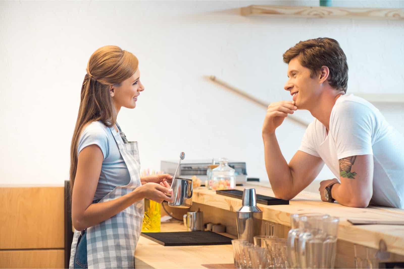 homme et femme flirtant dans un café