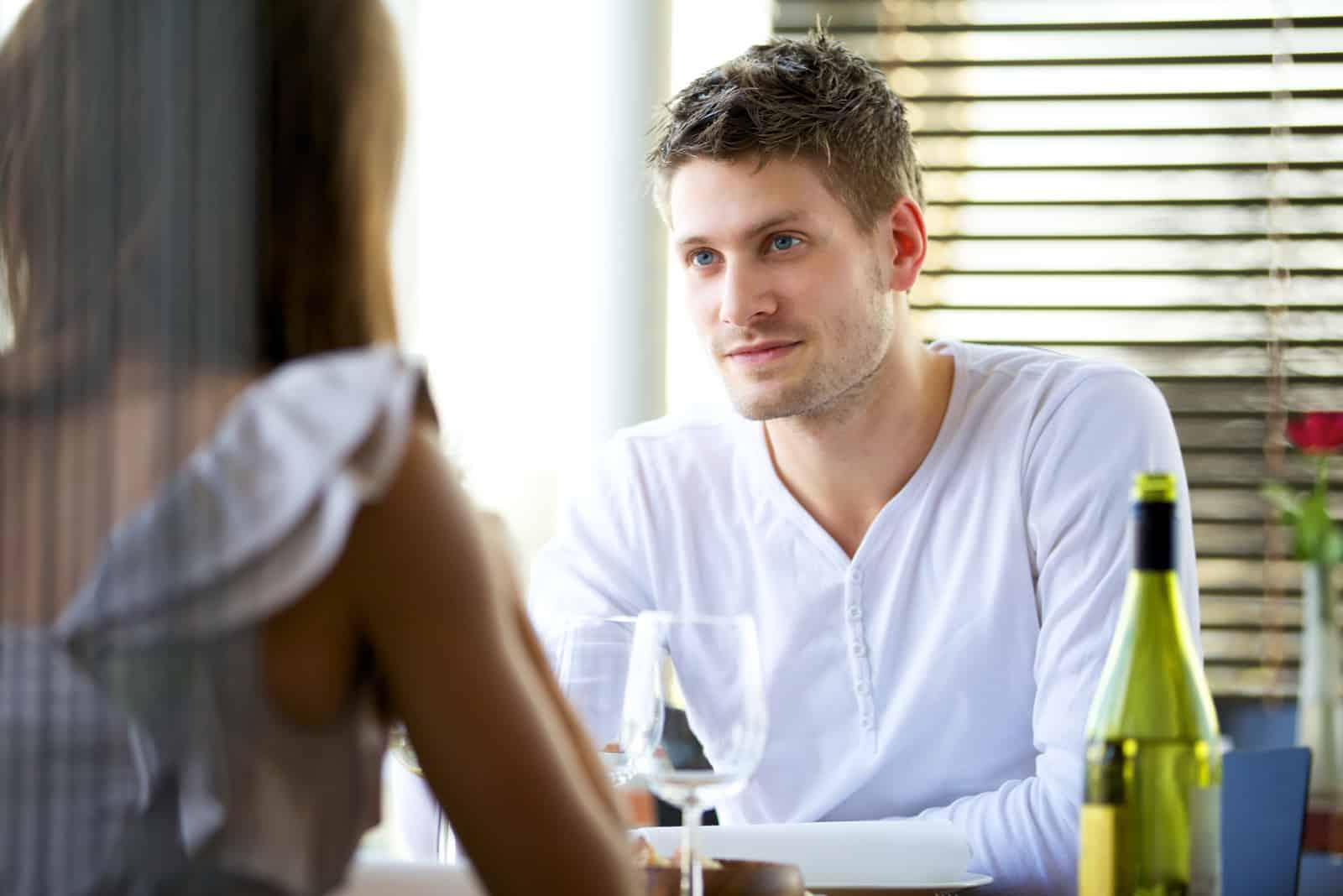 homme dans une conversation sérieuse avec sa petite amie