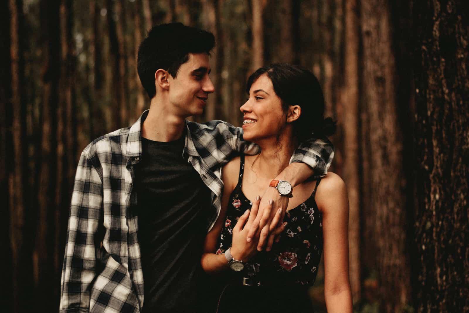 homme étreindre femme quoique debout dans forêt
