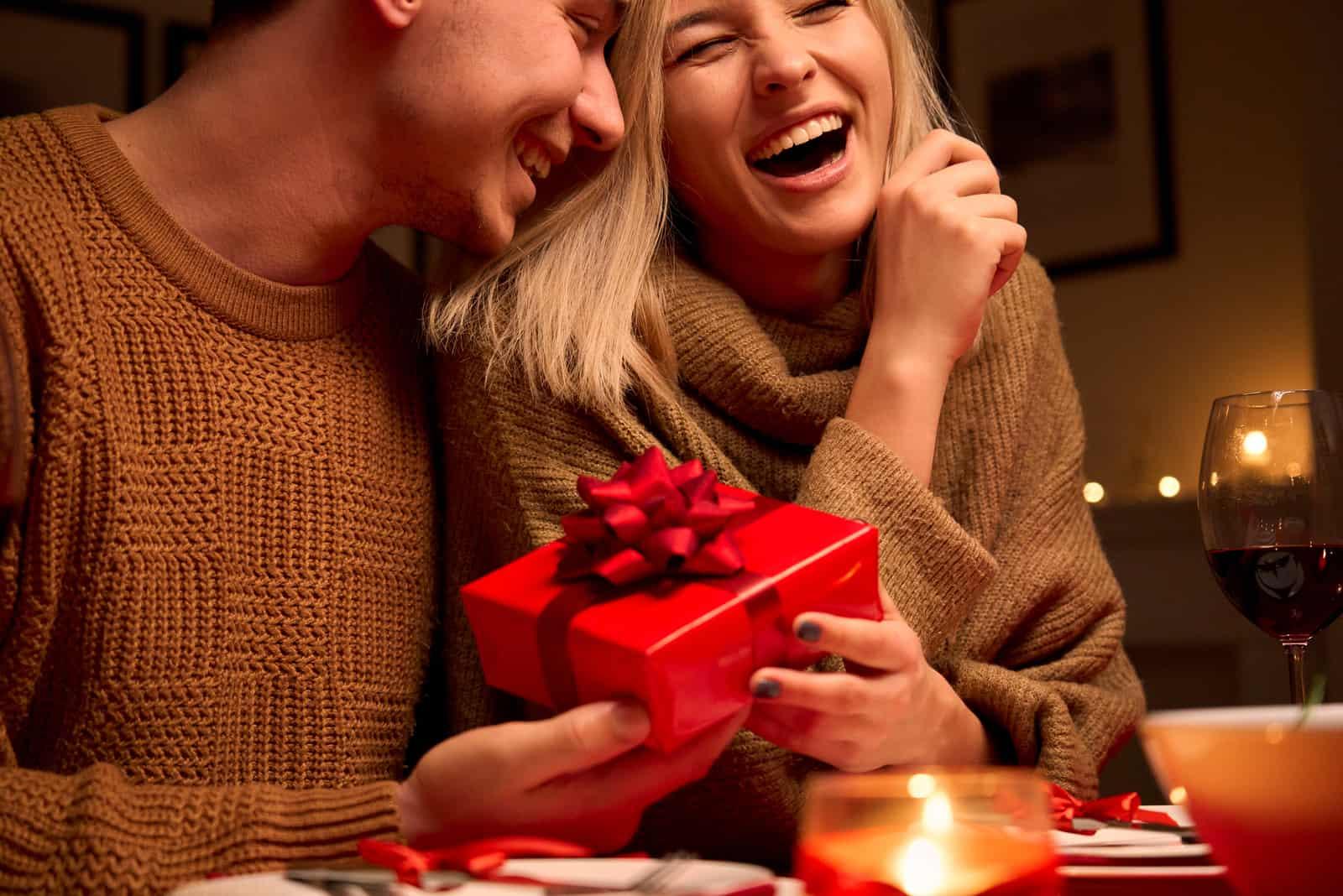 le couple amoureux rit
