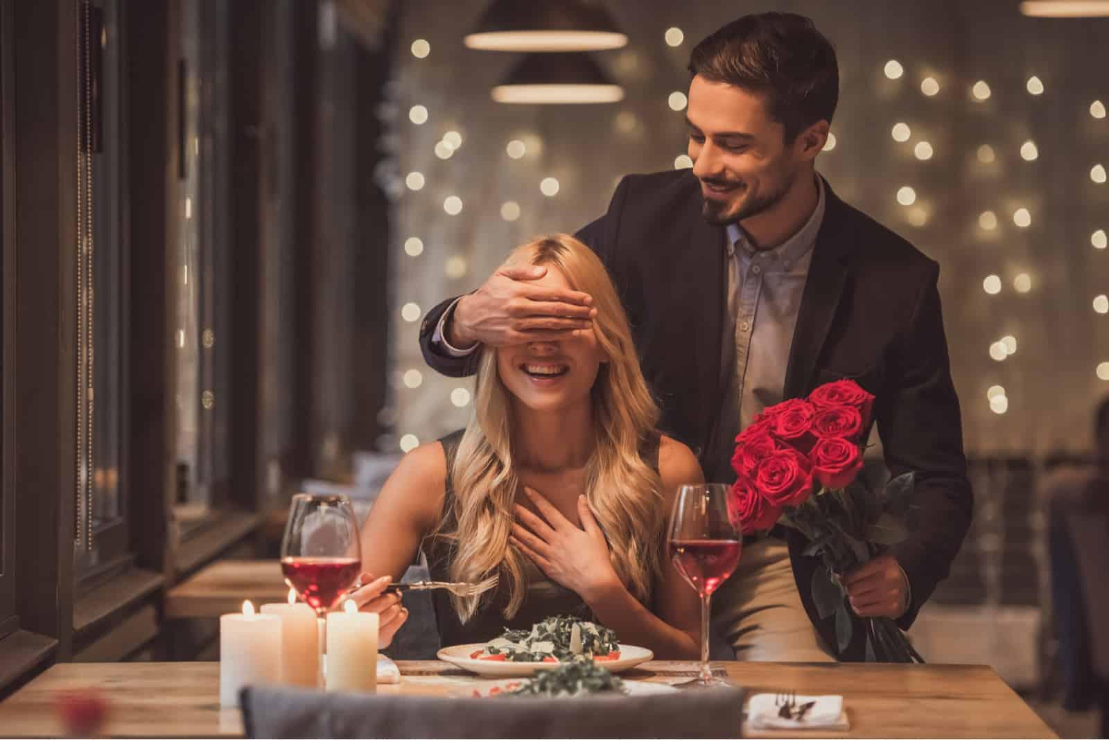un homme a surpris une femme avec un bouquet de roses