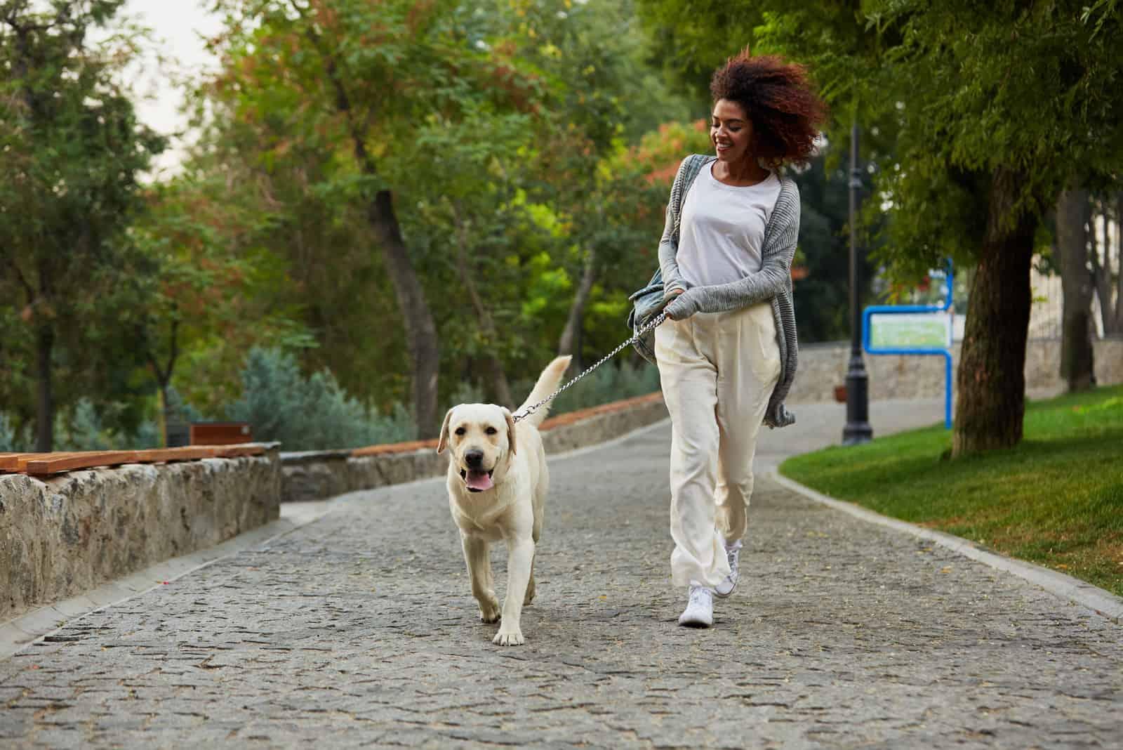 une femme souriante s'installe avec un chien