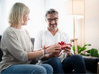 la femme a acheté un cadeau à l'homme