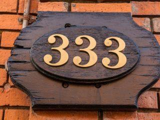 numéro 333 sur socle en bois