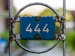 numéro 444 sur la clôture de fer