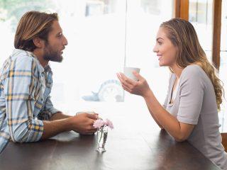 homme et femme discutant assis dans un café