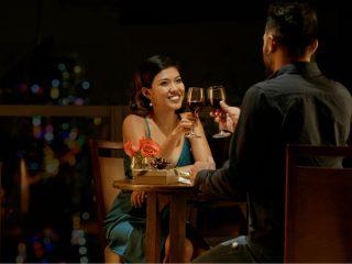 Heureux couple buvant du vin lors d'un rendez-vous au restaurant