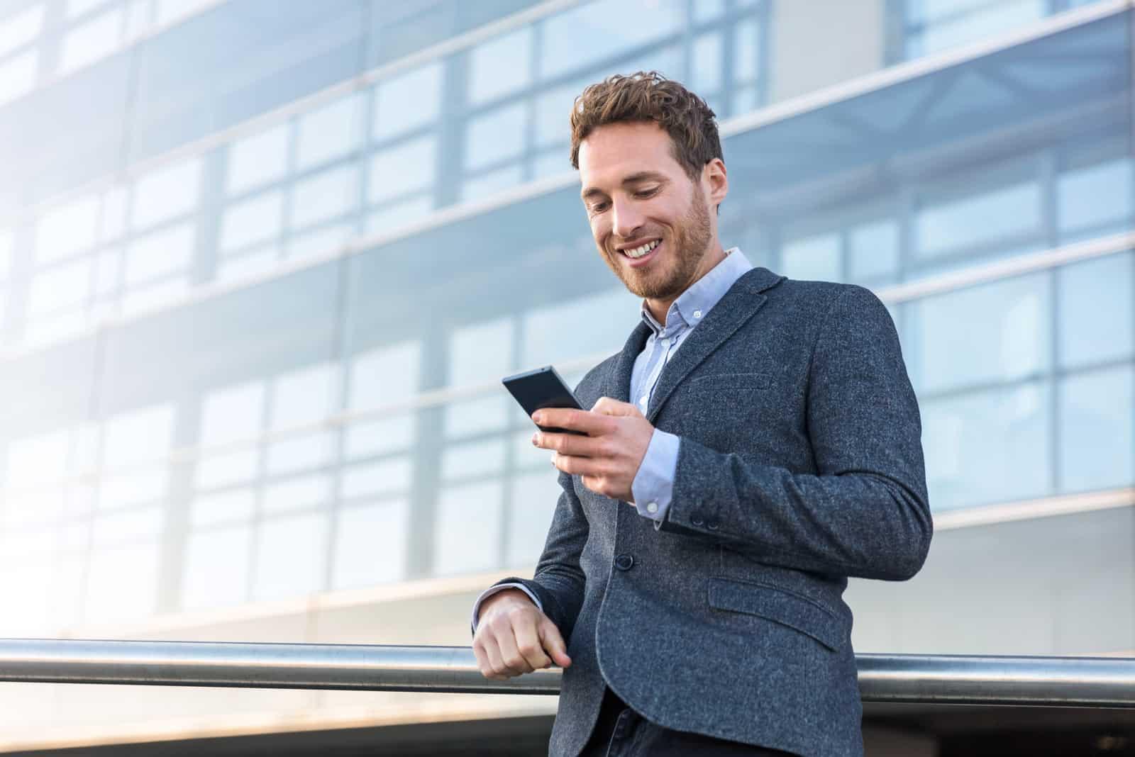 Homme d'affaires utilisant un téléphone portable