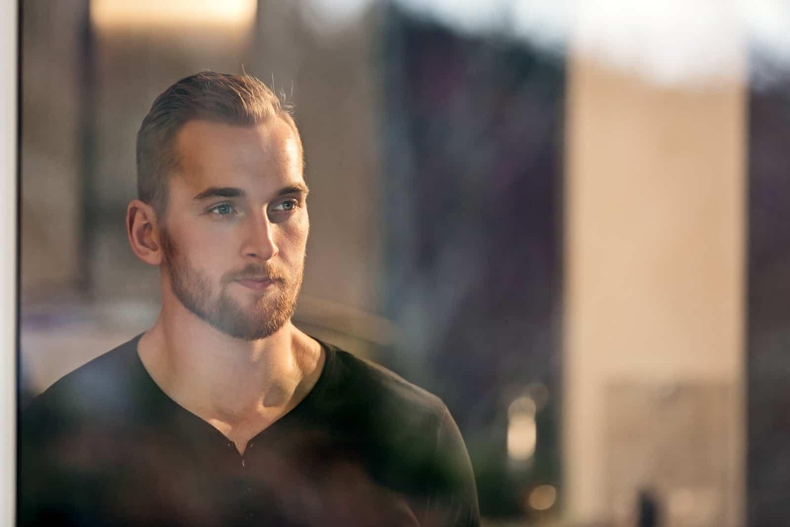 Homme seul portant une chemise à manches longues noire