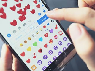 femme envoyant des emoji d'amour