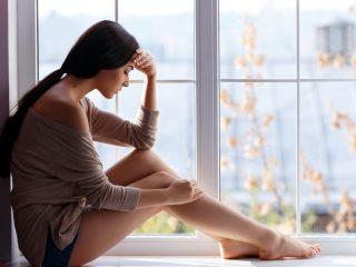 une femme imaginaire assise près de la fenêtre