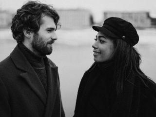 Un homme et une femme se regardent dans les yeux en se tenant près d'une rivière