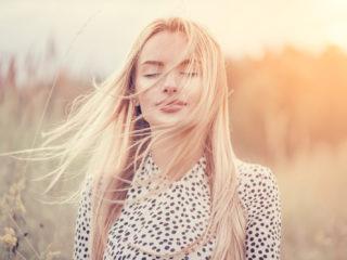 fille aux cheveux blancs flottants profitant de la nature