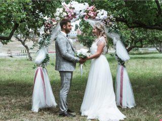 un homme et une femme à un mariage