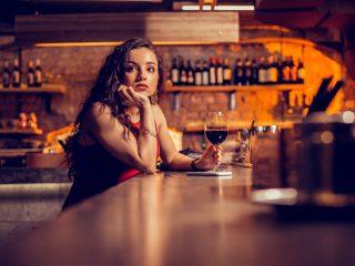 la femme est assise au traîneau et boit du vin