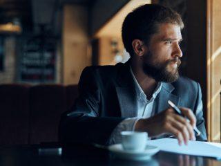 un homme imaginaire assis à une table