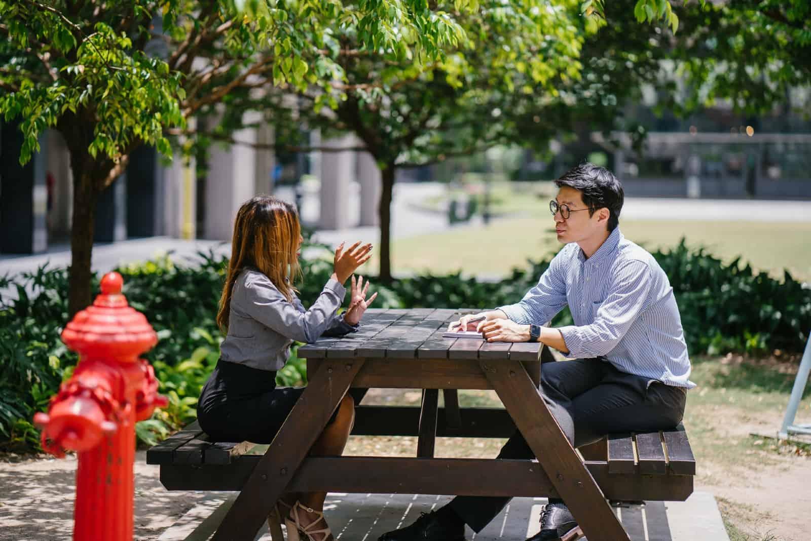 des collègues qui discutent en étant assis à une table