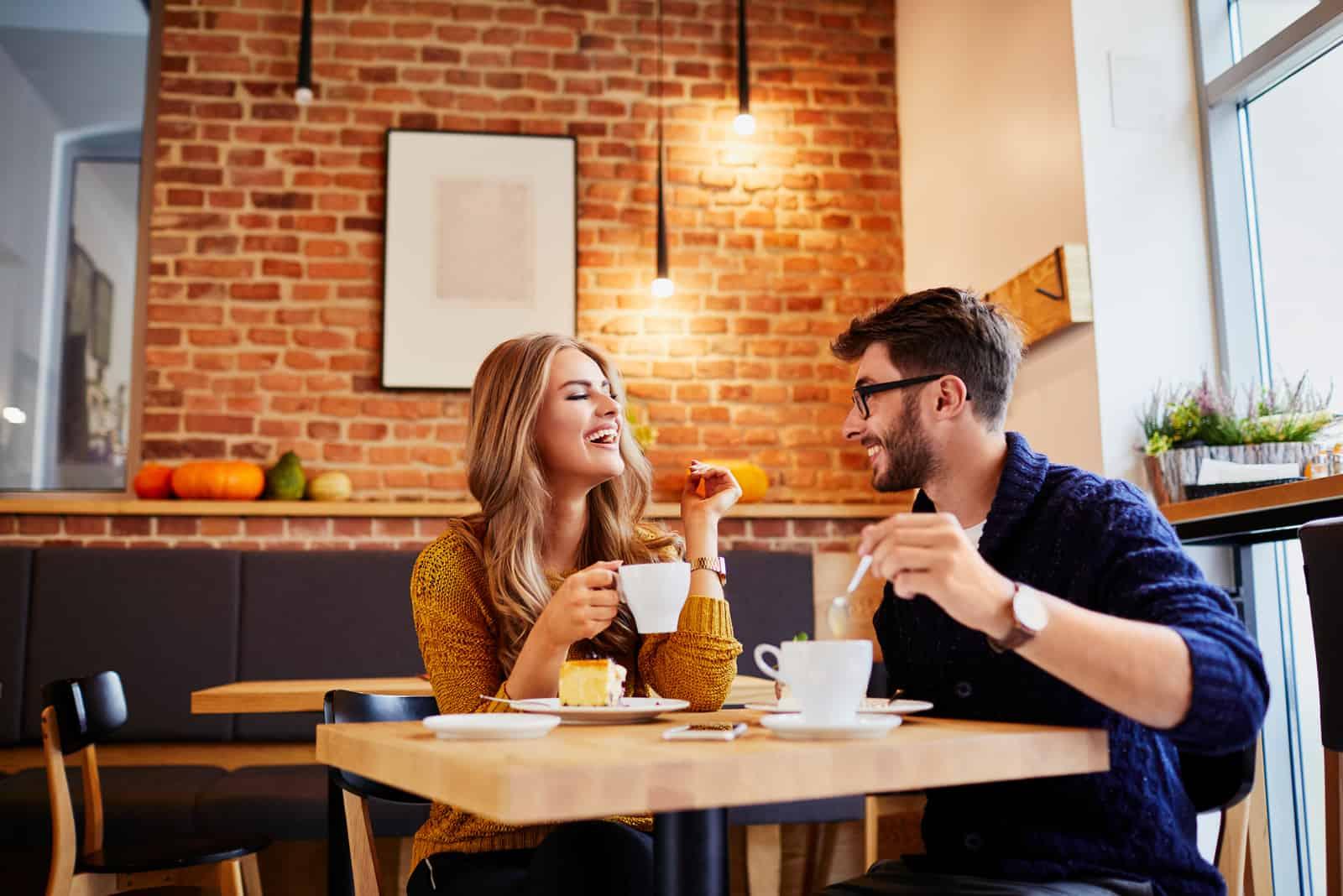 couple buvant du café et mangeant du gâteau