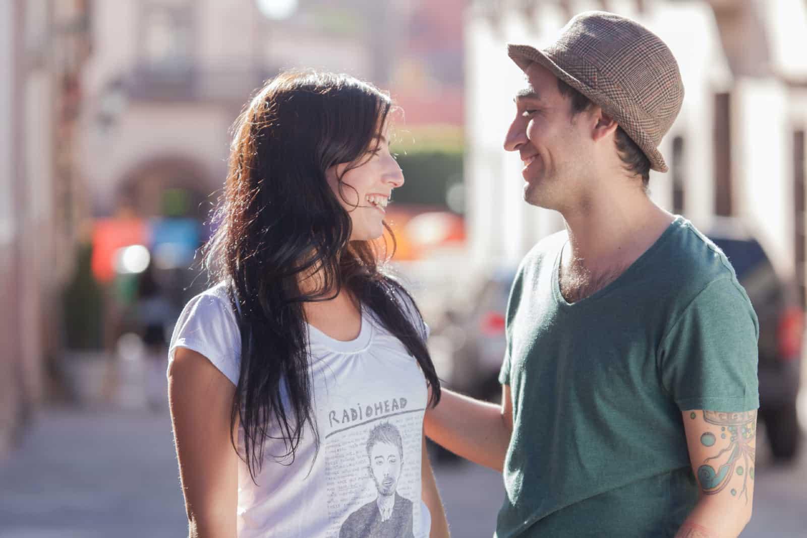 homme et femme souriant dans la rue