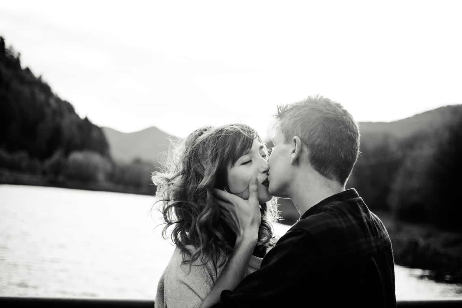 homme et femme s'embrassant près de l'eau