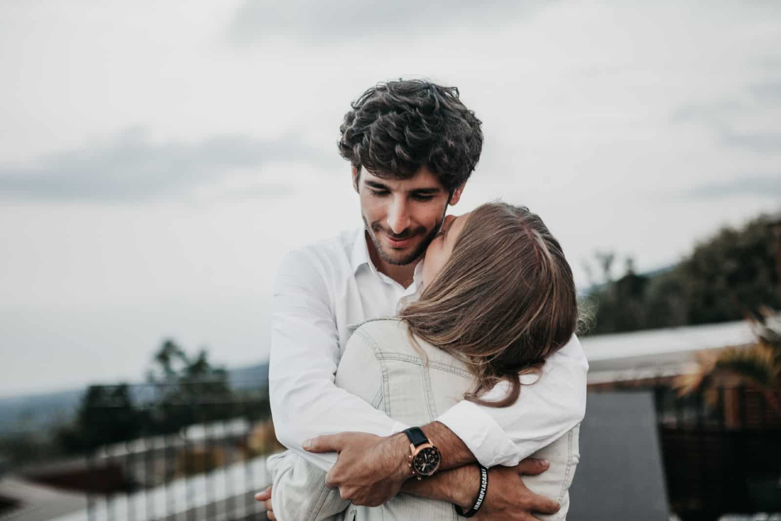 homme et femme s'embrassant en plein air