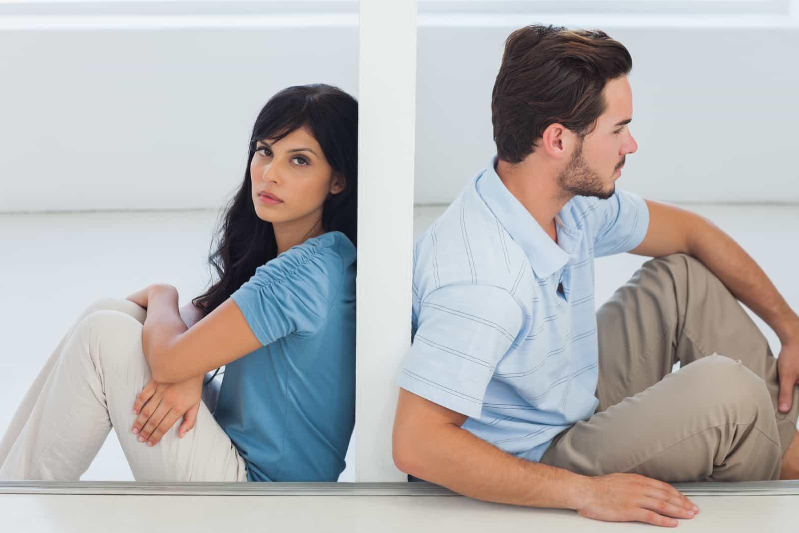 couple triste séparé par le mur
