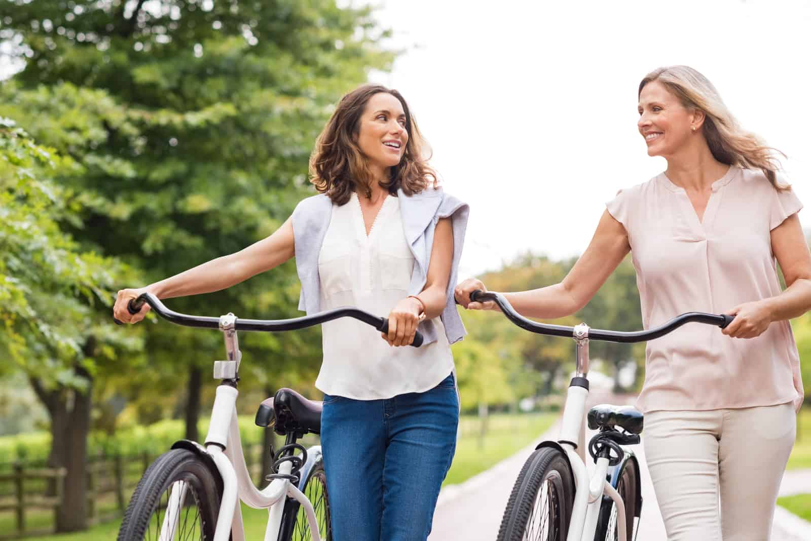 deux amis marchent et font du vélo l'un à côté de l'autre