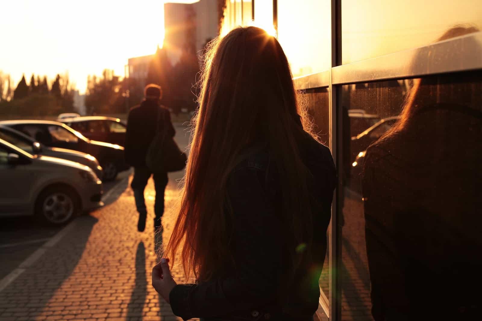 femme regardant un homme la quitter