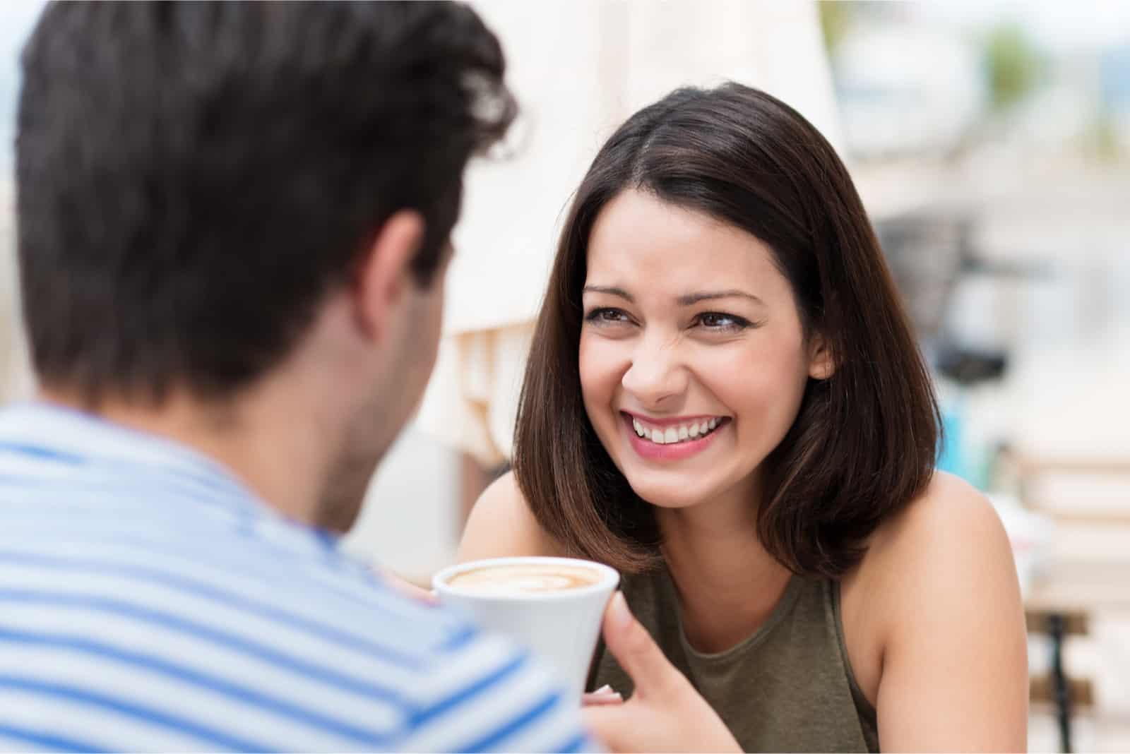 femme souriant en regardant un homme