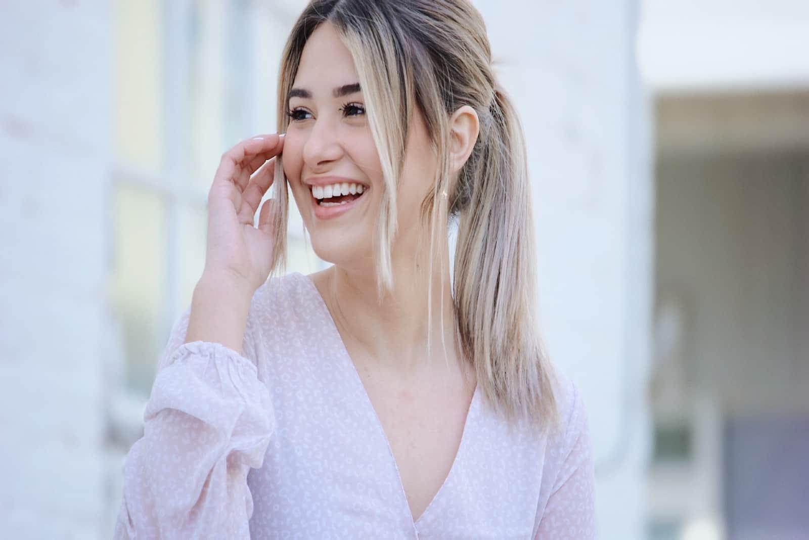 femme en blouse blanche souriant