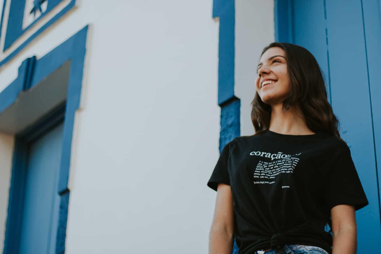 femme en chemise noire souriant