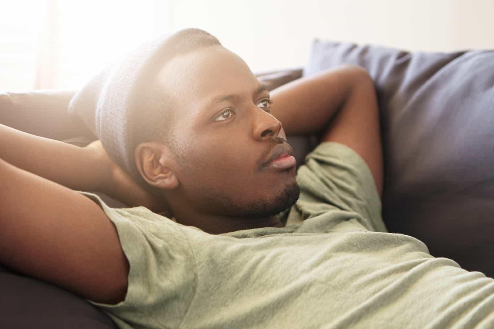 jeune homme noir barbu en chapeau et t-shirt