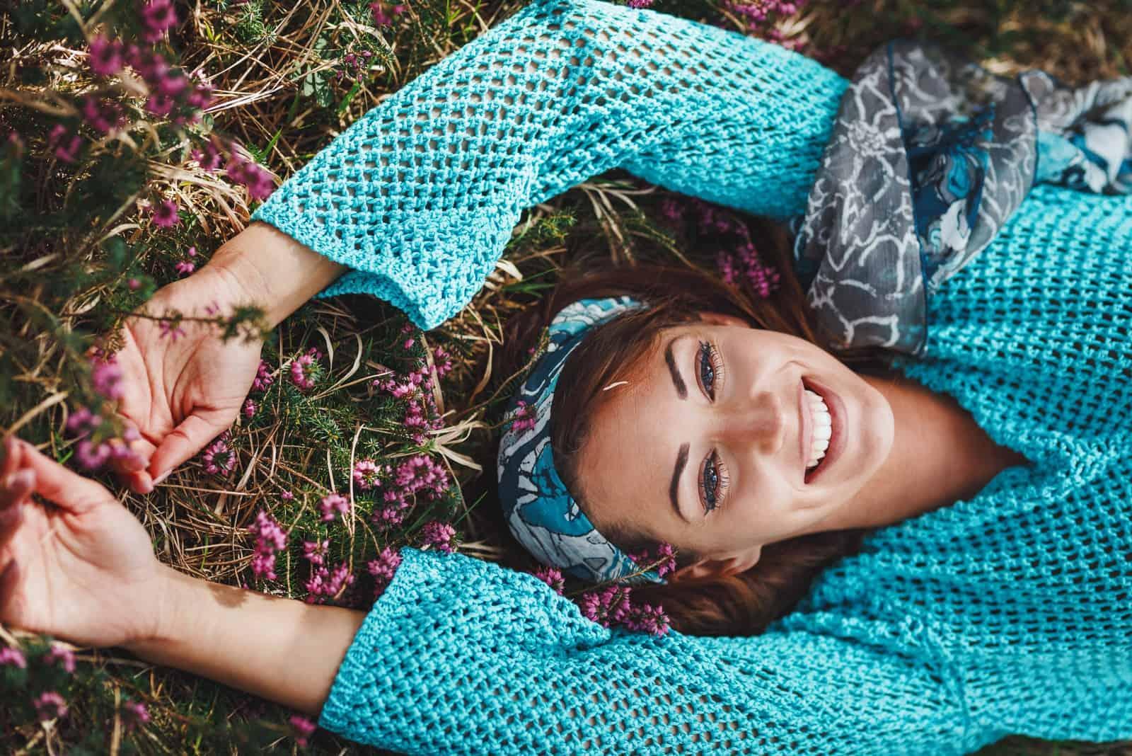 la femme est allongée dans l'herbe