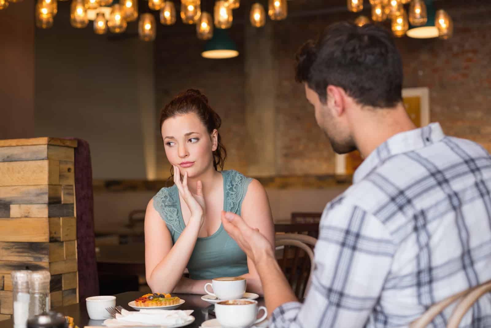 la femme tourna la tête pendant que l'homme lui parlait