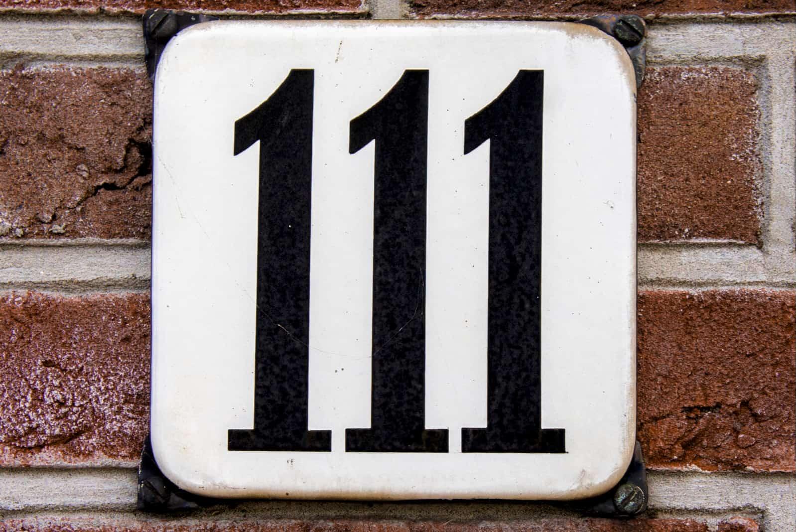 numéro 111 sur brique brune