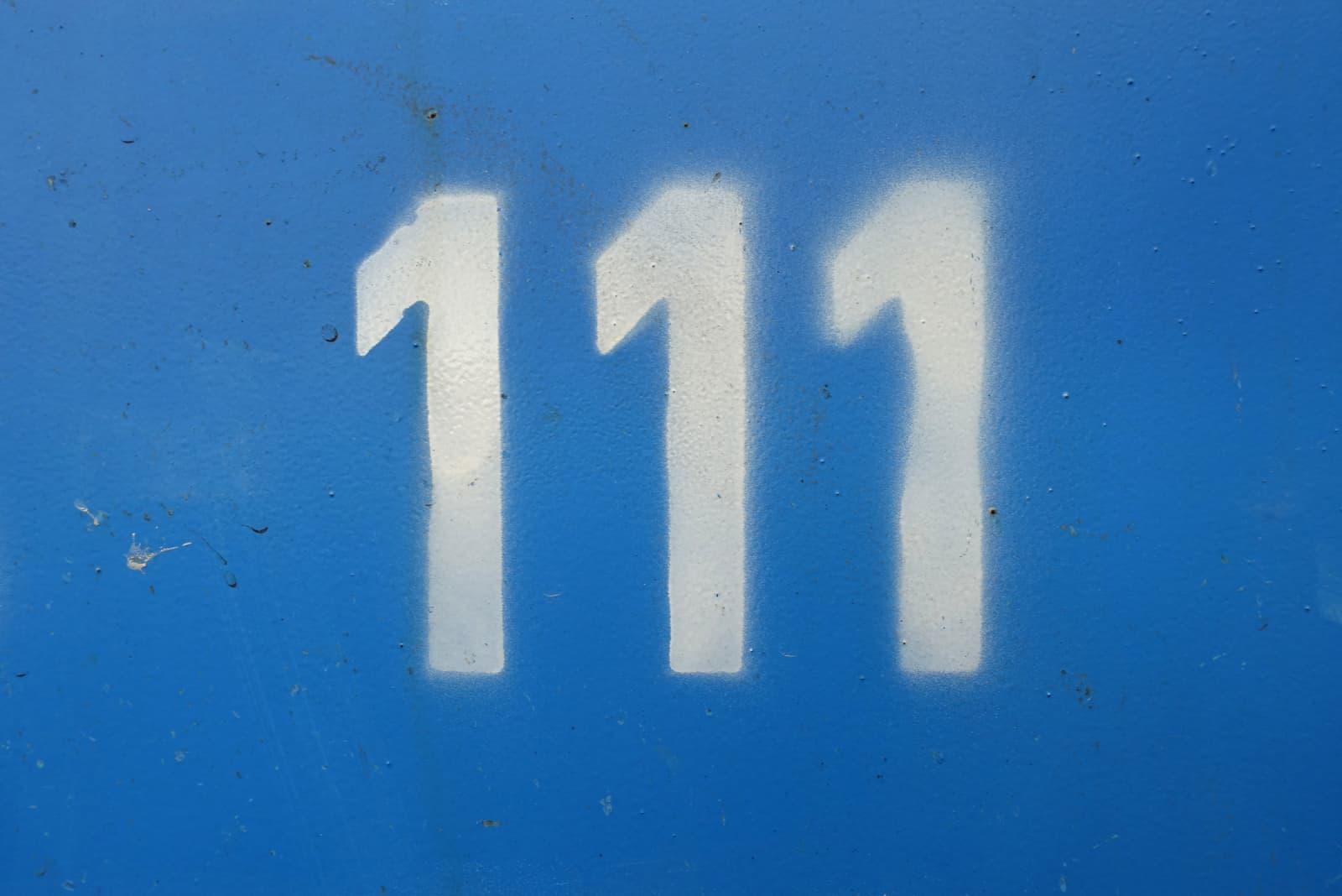 numéro 111 sur fond bleu
