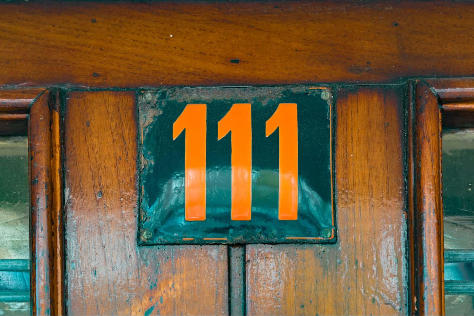 numéro 111 sur socle en bois