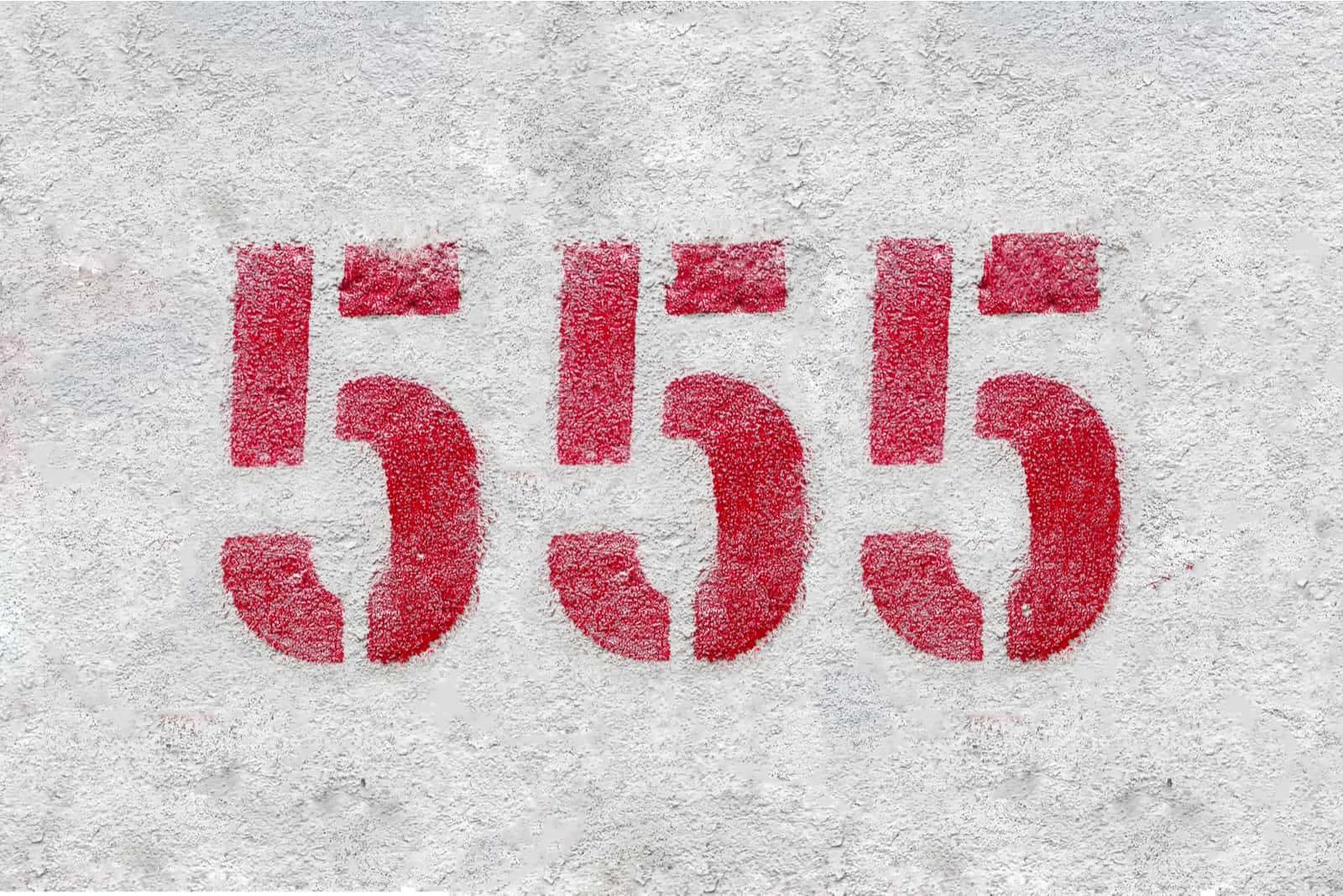 numéro 555 sur fond gris