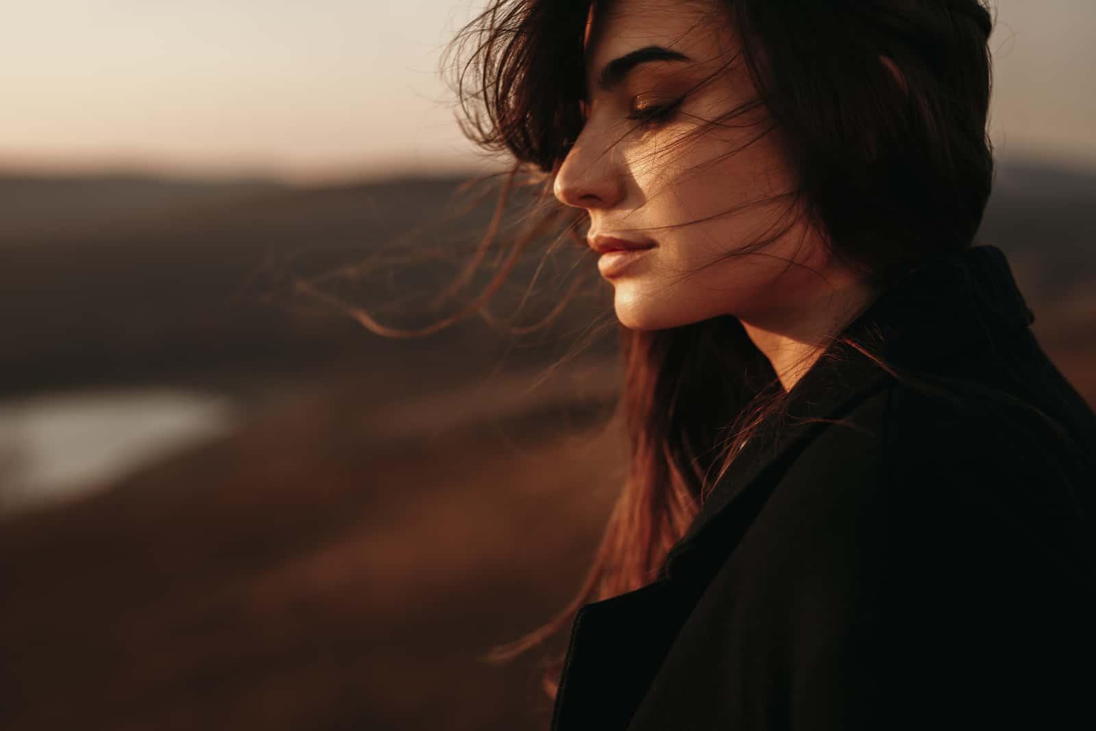 triste jeune femme aux cheveux longs