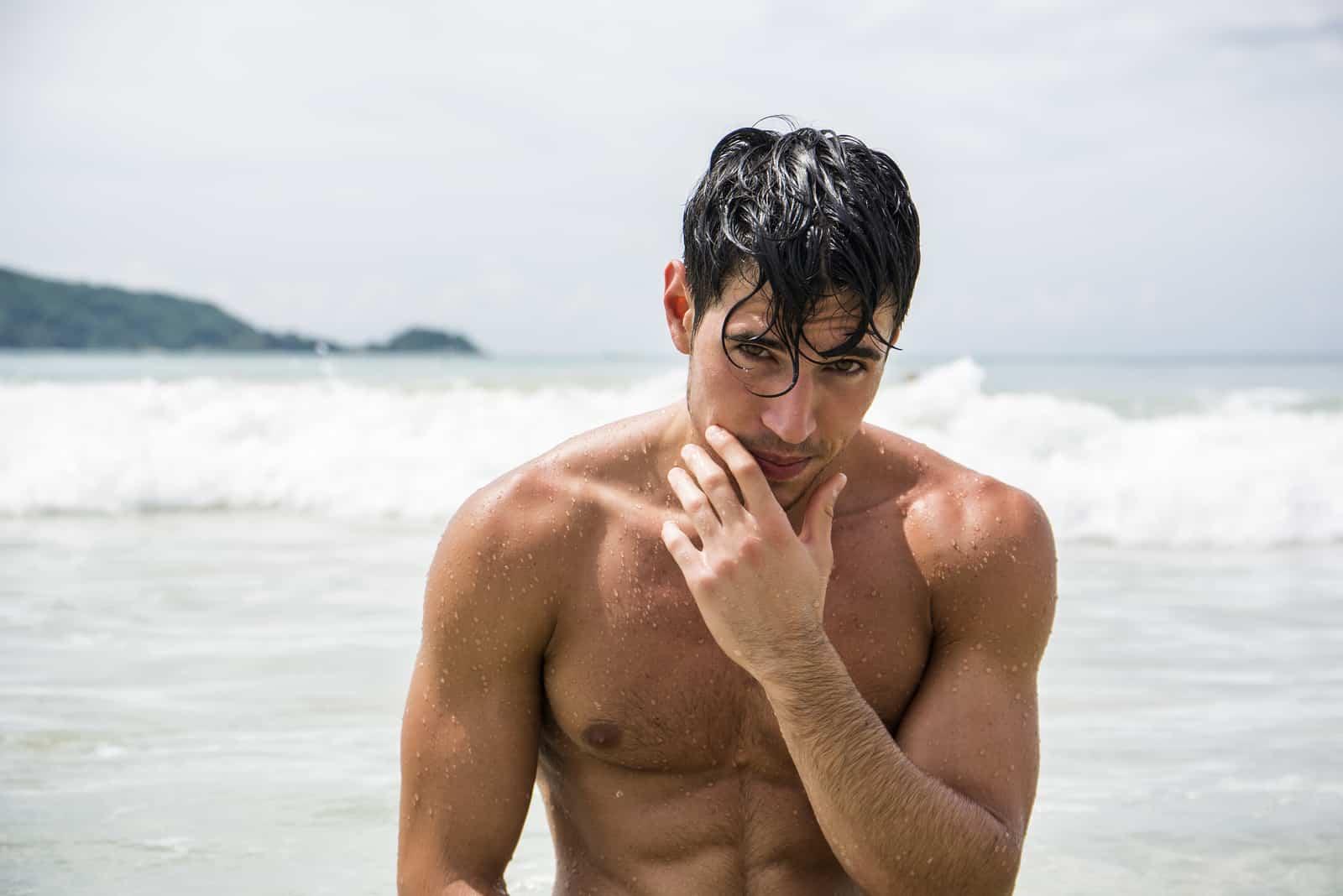 un homme debout dans la mer