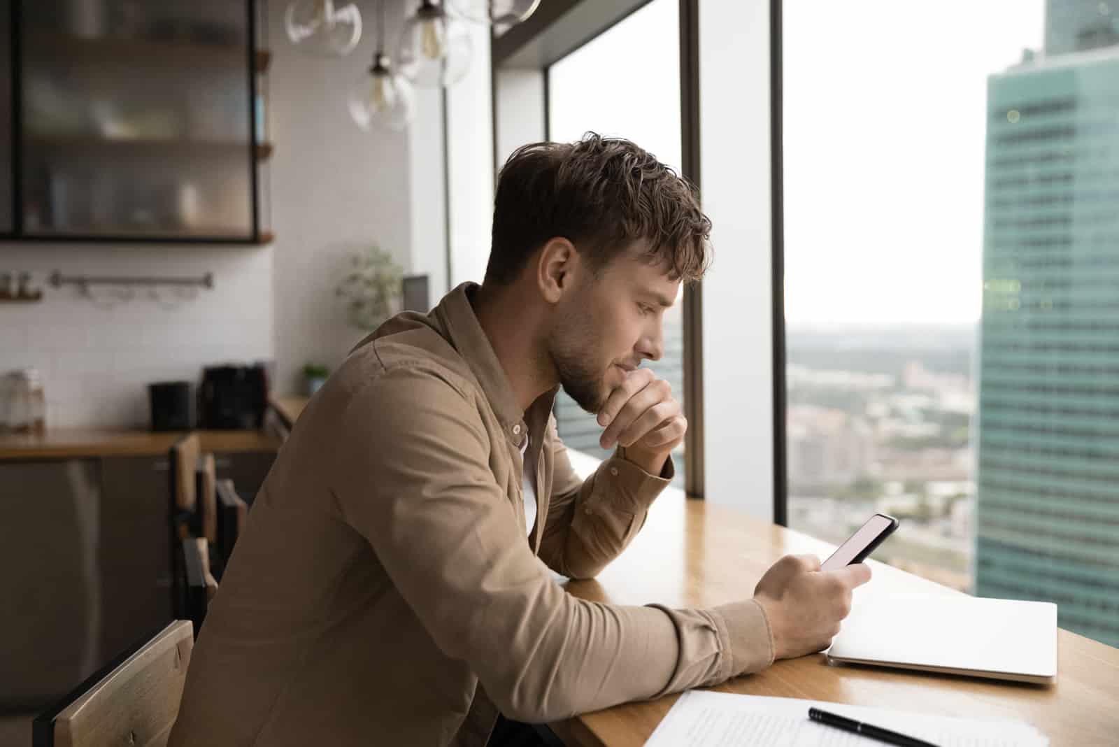 un homme est assis derrière un traîneau et des clés au téléphone