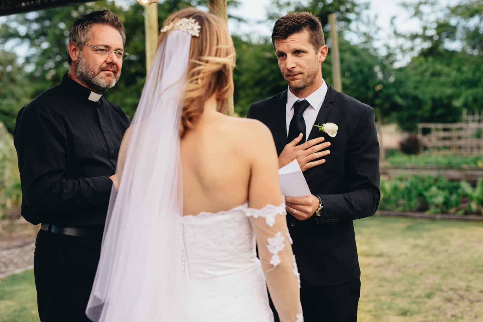 un homme et une femme à l'extérieur lors d'un mariage