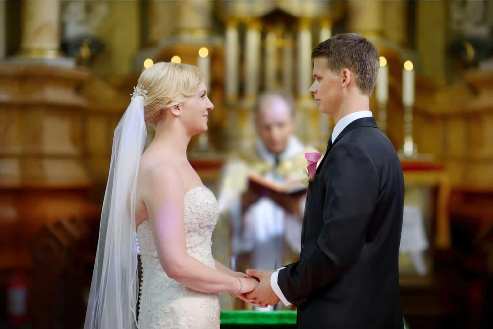un homme et une femme à un mariage à l'église