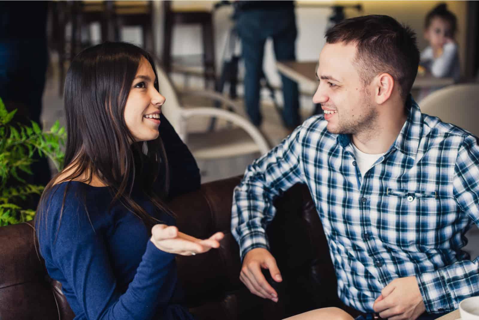 un homme et une femme discutent