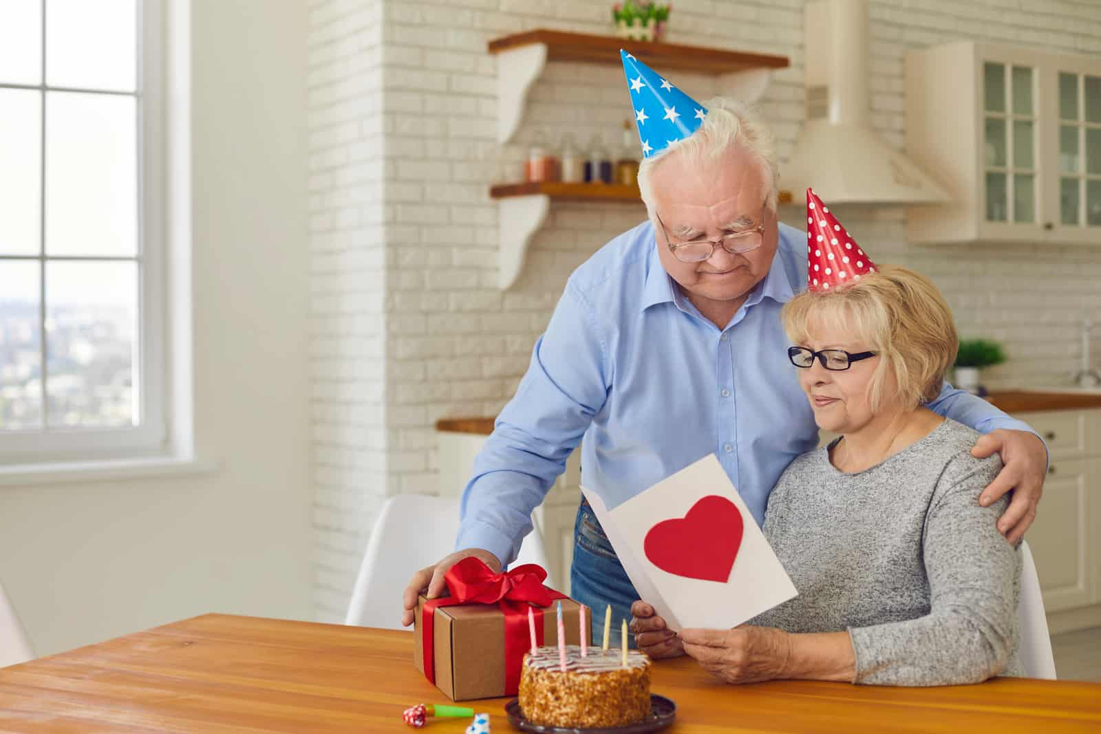 un homme et une femme fêtent leur anniversaire de mariage