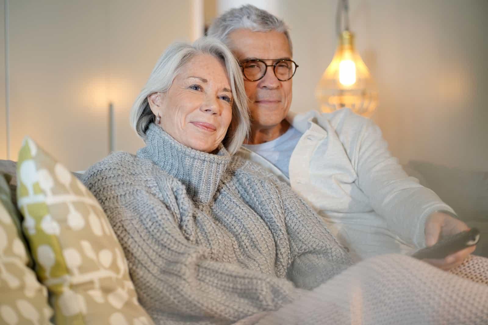 un homme et une femme plus âgés qui regardent la télévision
