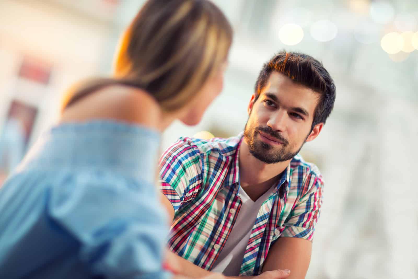 un homme et une femme se regardent et parlent