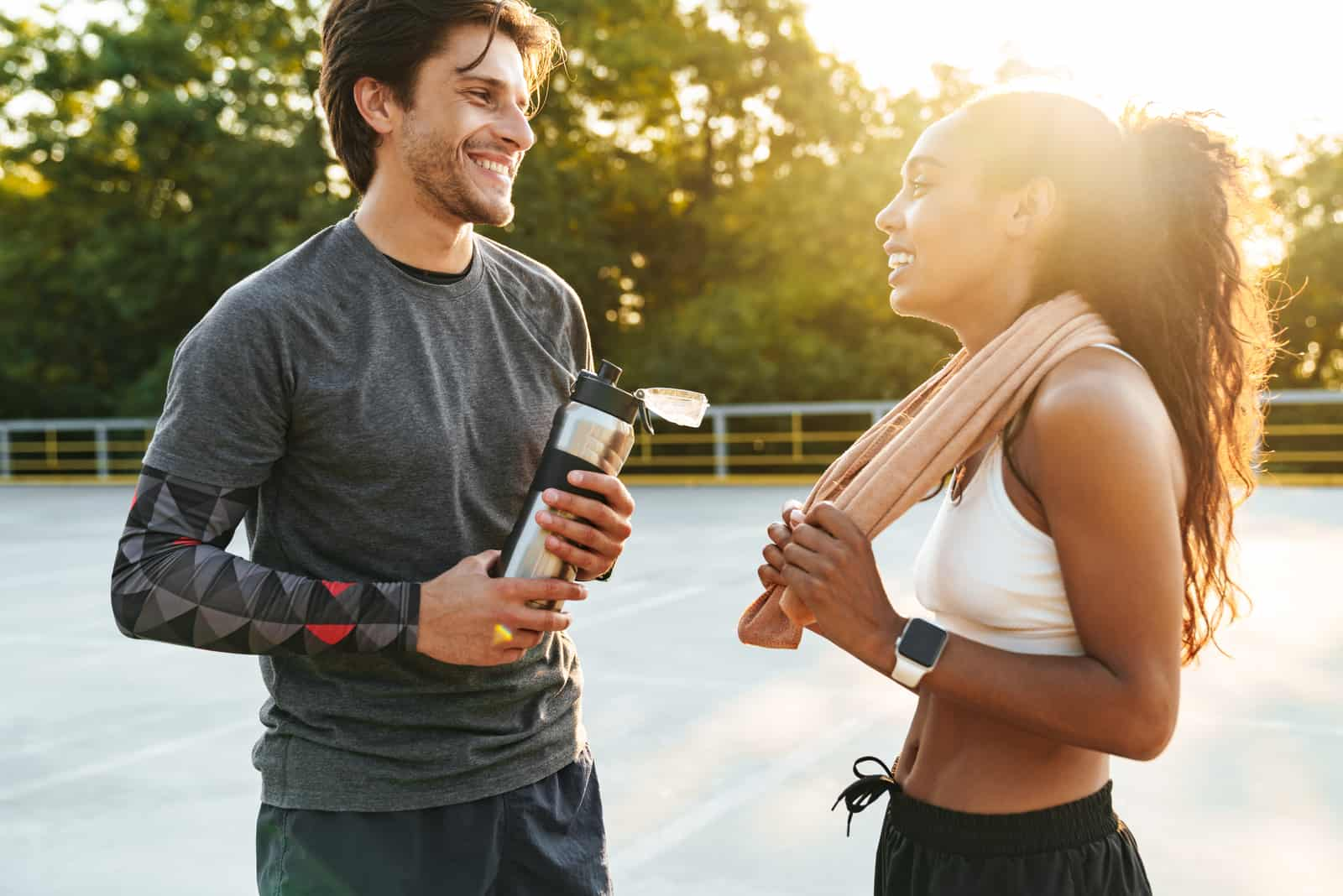 un homme et une femme se tiennent debout après l'entraînement et parlent
