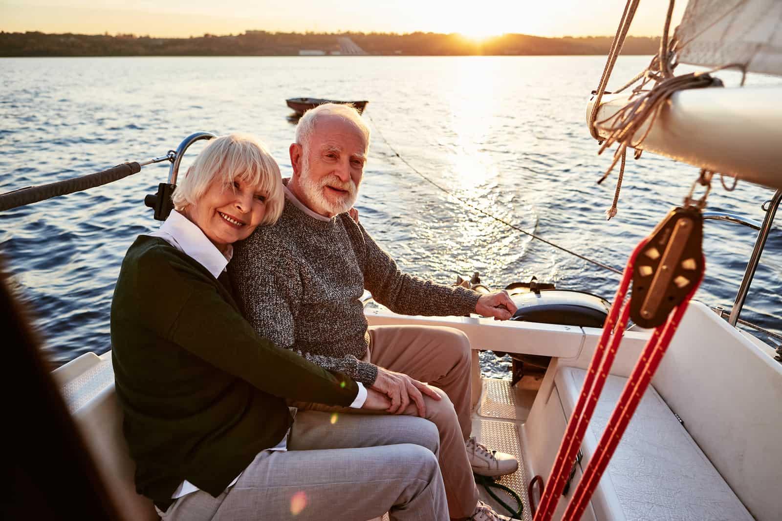 un homme et une femme sur une croisière en bateau